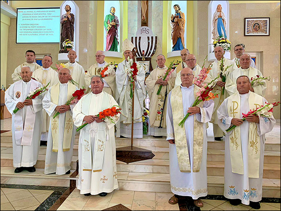 Preoţi în vârstă în sărbătoare, alături de episcopul emerit Petru Gherghel